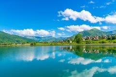 Un grande lago della montagna Fotografie Stock Libere da Diritti