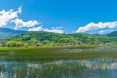 Un grande lago della montagna Fotografia Stock
