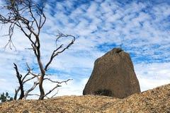 Un grande masso su una cresta, con il blu, cielo nuvoloso nei precedenti, alla Buffalo di Mt, Vic, Aus Immagine Stock Libera da Diritti