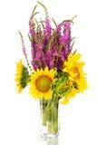 Un grande mazzo di girasoli e di salvia selvatica porpora fiorisce in un vaso Fotografie Stock