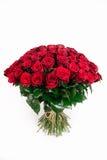 Un grande mazzo isolato della rosa rossa 101 isolata su bianco, vertic Immagine Stock