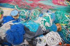 Un grande mucchio delle reti, delle corde e degli accessori di pesca immagine stock libera da diritti