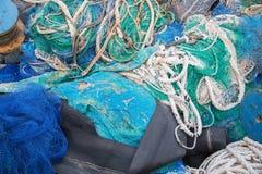 Un grande mucchio delle reti, delle corde e degli accessori di pesca fotografie stock libere da diritti