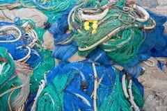 Un grande mucchio delle reti, delle corde e degli accessori di pesca fotografia stock libera da diritti