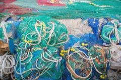 Un grande mucchio delle reti, delle corde e degli accessori di pesca immagini stock libere da diritti