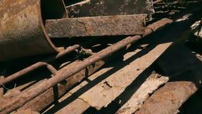 Un grande mucchio di ferro arrugginito archivi video