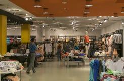 Un grande negozio di vestiti Una vasta gamma di tessuti Immagini Stock Libere da Diritti