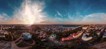 Un grande panorama di 360 gradi nell'alta risoluzione della città di Kiev su Podol al tramonto Immagine Stock Libera da Diritti