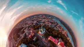 Un grande panorama di 360 gradi nell'alta risoluzione della città di Kiev su Podol al tramonto Fotografia Stock