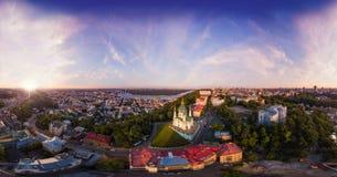 Un grande panorama nell'alta risoluzione della città di Kiev su Podol al tramonto Fotografie Stock Libere da Diritti