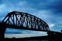 Un grande ponte sopra il fiume Missouri Fotografia Stock Libera da Diritti