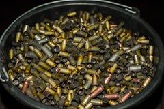 In un grande secchio di plastica nero è molti di bossoli colorati multi utilizzati dalla pistola Immagine Stock Libera da Diritti
