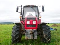 Un grande trattore rosso Fotografia Stock Libera da Diritti