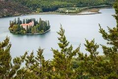 un grande vasto fiume e una piccola isola nel fiume fotografia stock