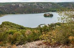 un grande vasto fiume e una piccola isola nel fiume fotografia stock libera da diritti