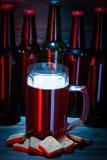Un grande vetro di birra scura con schiuma fotografia stock libera da diritti