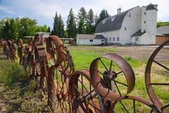 Un granero con la cerca de la rueda Imágenes de archivo libres de regalías