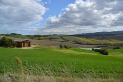 Un granero en la colina Imagen de archivo libre de regalías