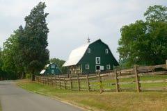 Un granero verde cerca del hogar de presidente James Madison imágenes de archivo libres de regalías