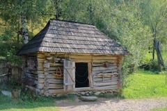 Un granero viejo del pueblo para el ganado Imagenes de archivo