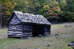 Un granero viejo en las montañas ahumadas Fotos de archivo