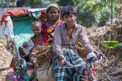 Un granjero de sexo femenino del tabaco y su niño que van a comercializar la venta para secar la hoja del tabaco Fotos de archivo libres de regalías