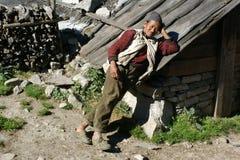 Un granjero pobre se inclinó contra el tejado de la vertiente Fotos de archivo libres de regalías