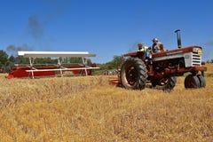 Un grano falciante internazionale di 460 trattori fotografia stock