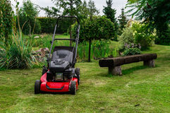 Un Grassmower en un jardín Imagen de archivo