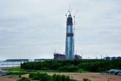 Un gratte-ciel en construction à St Petersburg sur la côte de mer baltique Image stock