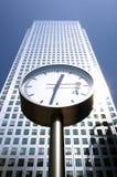 Un gratte-ciel et horloges de rue Image stock