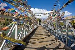 Un gridge de rivière d'Indis avec les drapeaux bouddhistes de prière, Jammu-et-Cachemire, Ladakh Photos stock