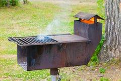 Un gril à cuire extérieur unique à un terrain de camping Image stock
