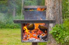 Un gril à cuire extérieur unique à un terrain de camping Photos stock