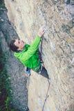 Un grimpeur de roche sur une roche photo stock