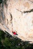 Un grimpeur de roche sur une roche photos libres de droits