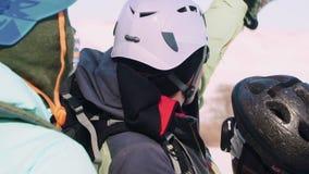 Un grimpeur expérimenté instruit le groupe et l'ondulation dans la direction qu'ils disparaîtront banque de vidéos