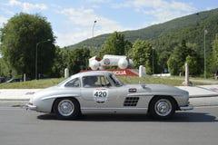 Un gris argenté Mercedes 300 SL W Gullwing Images libres de droits