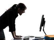 Silueta enojada de griterío computacional del ordenador de la mujer de negocios Fotos de archivo libres de regalías