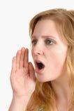 Un grito rubio joven de la mujer. Fotografía de archivo