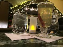 Un grog chaud et une eau glacée sur une détente vendredi soir à un Bistro local photos stock