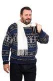 Un gros homme prend une bière foncée de goût Photos stock