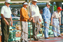 Un groupe d'aînés jouant le shuffleboard Photographie stock