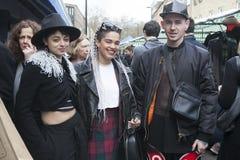 Un groupe d'adolescents à la mode habillés posant sur le fond de photo stock