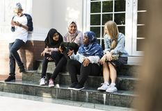 Un groupe d'adolescents divers ayant la conversation Photos stock