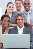 Un groupe d'affaires affichant le fonctionnement de diversité ethnique Image libre de droits