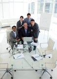 Un groupe d'affaires affichant le fonctionnement de diversité Photos stock