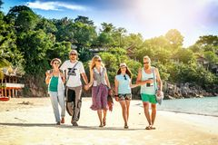 Un groupe d'amies des jeunes 30 ans marchent sur la plage, happ Images stock