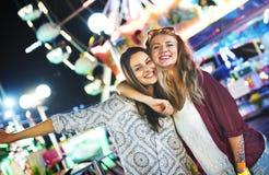 Un groupe d'amis apprécie le parc d'attractions Images stock