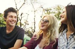 Un groupe d'amis apprécie le parc d'attractions Photographie stock